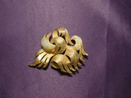 Vintage Crown Trifari Abstract Flame Swirl Gold Tone Brooch Pin - $34.65