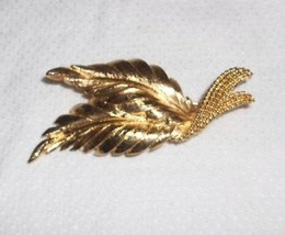 Vintage Signed MONET Pin Brooch Double Leaf Satin Gold Tone Textured Rop... - $3.95