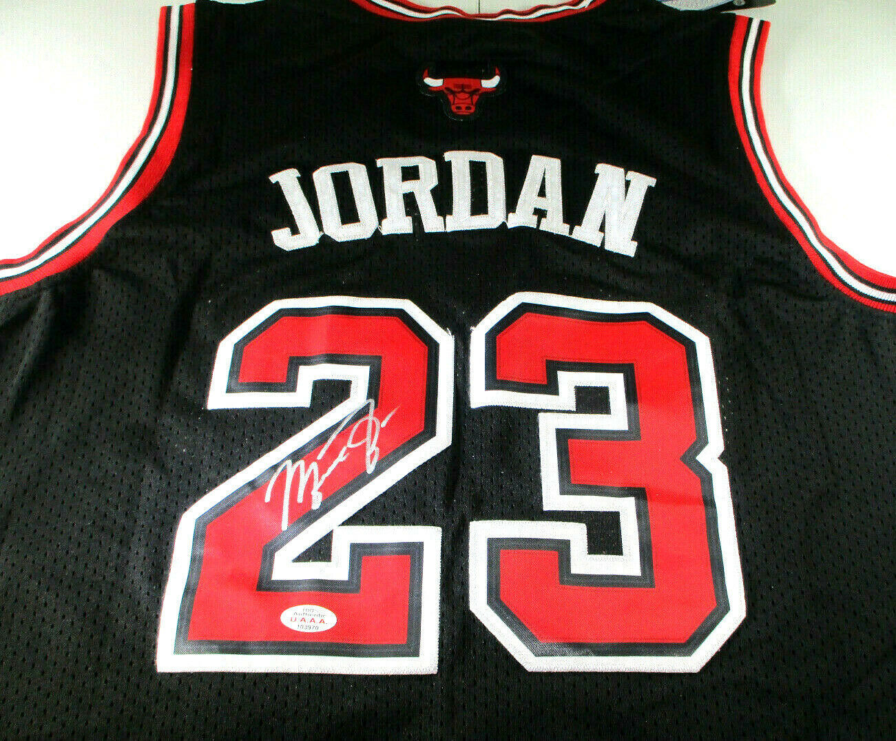 MICAHEL JORDAN / NBA HALL OF FAME / AUTOGRAPHED CHICAGO BULLS PRO STYLE JERSEY