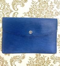Vintage Louis Vuitton blue epi envelope style clutch bag with gold tone ... - $5.730,79 MXN
