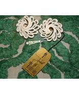 VINTAGE  TRIFARI SIGNED WHITE SWIRL CLIP-ON EARRINGS ON ORIGINAL CARD W/... - $14.99