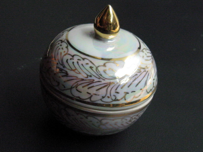 Very Rare! Beautiful Thai Porcelain with design in five colors called Ben-Ja-Ron