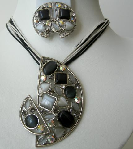 Primary image for Stunning Jewelry Crystals & Simulated Stones Onyx Pendant Necklace Set