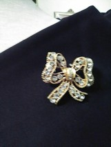 VINTAGE GOLDEN PIN BROOCH CHARMING RHINESTONE PAVE BOW - $25.00