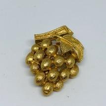 Vtg Signed Crown Trifari Smalll Goldtone Grape Cluster Brooch - $21.14