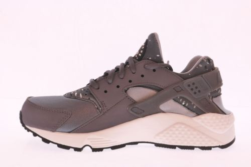 ee97f3f664b3 ... NEW NIB Women s NIKE AIR HUARACHE RUN PRINT Grey Running Shoes Sz 6.5  725076- ...