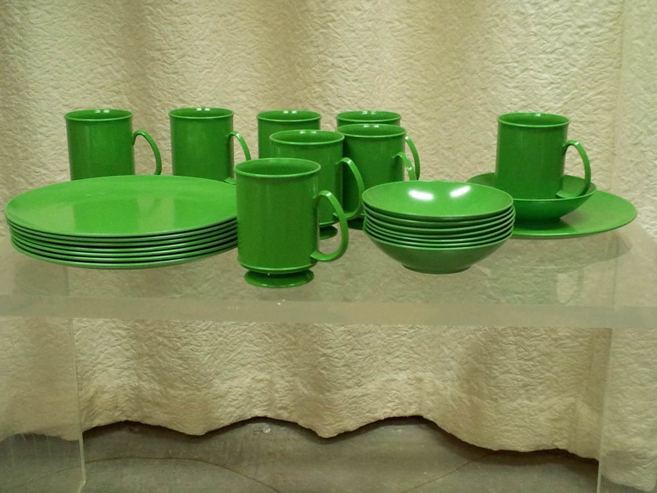 Happy Green Plastic Picnic Plates (and Cups and Bowls)