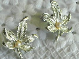 Vintage Maple Leaf Faux Ivory Pearl Screw Back Earrings Shiny Silver Tone image 2