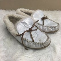 Clarks Women's Silver Metallic Lined Fluffy Moccasin Slip On Slippers Si... - $9.89
