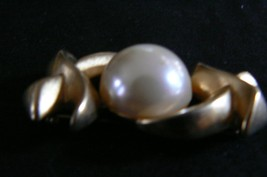 Vintage FO Goldtone X O X Pearl in Center of the O Brooch - $9.89