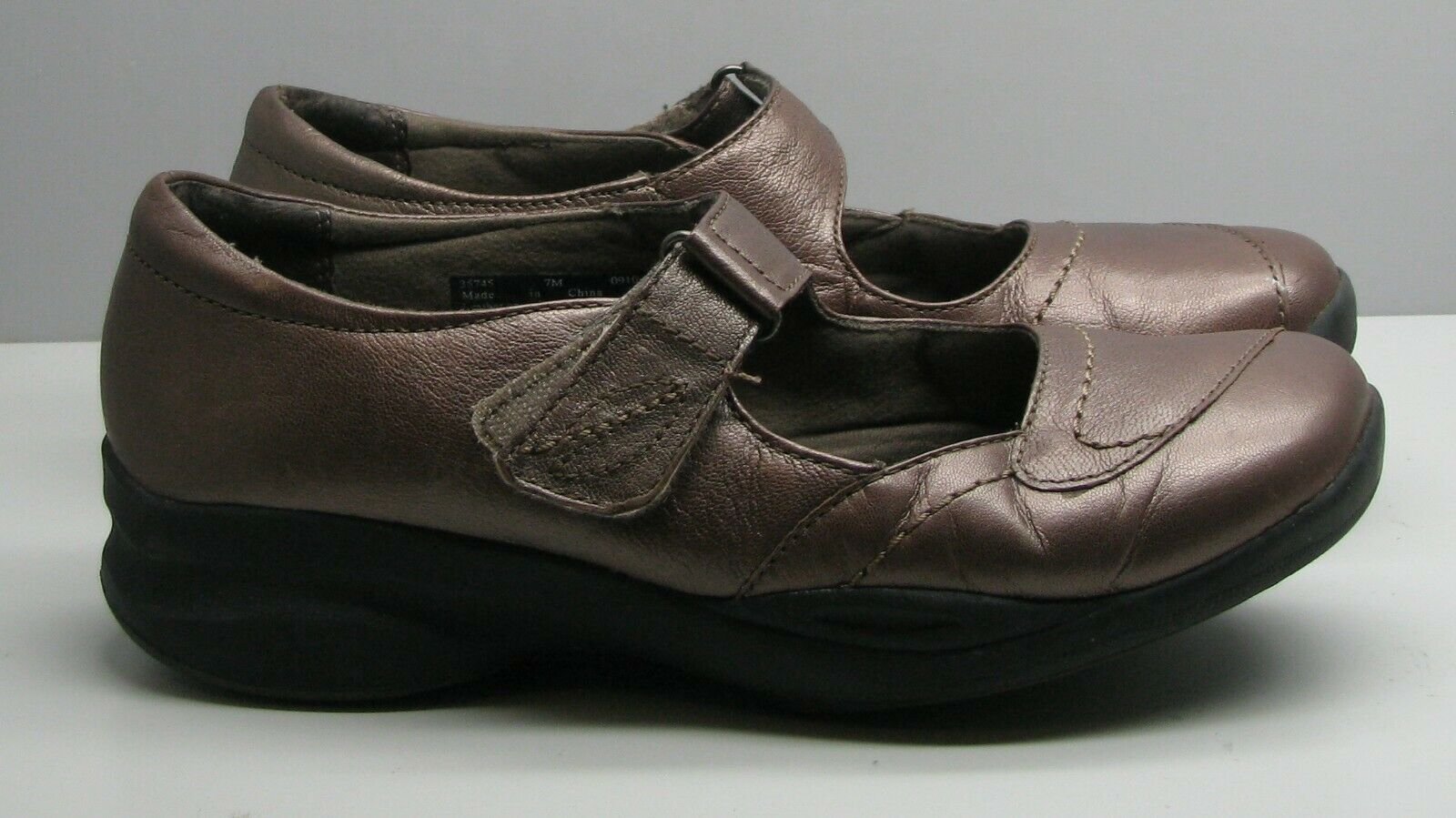 SHOES Clarks In Motion Woman's 7 M Bronze Metallic Leather Mary Jane's