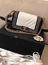 100% AUTHENTIC CHANEL 2019 WHITE NAVY CHEVRON CALFSKIN SMALL BOY FLAP BAG GHW image 3