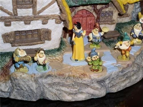 Disney Snow White & 7 Dwarfs and display Goebel Miniatures