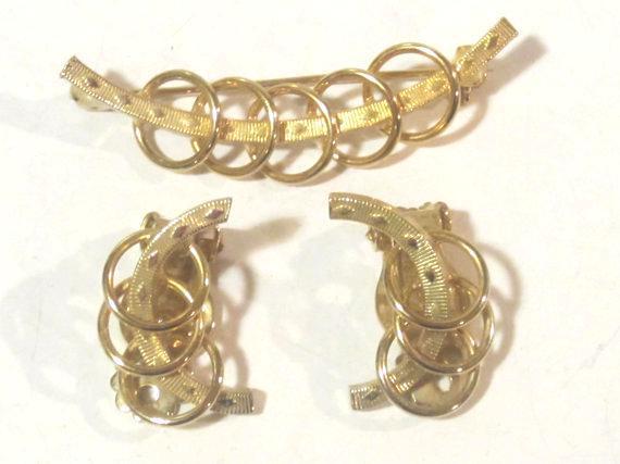 Vintage jewelry goldtone earrings & brooch set