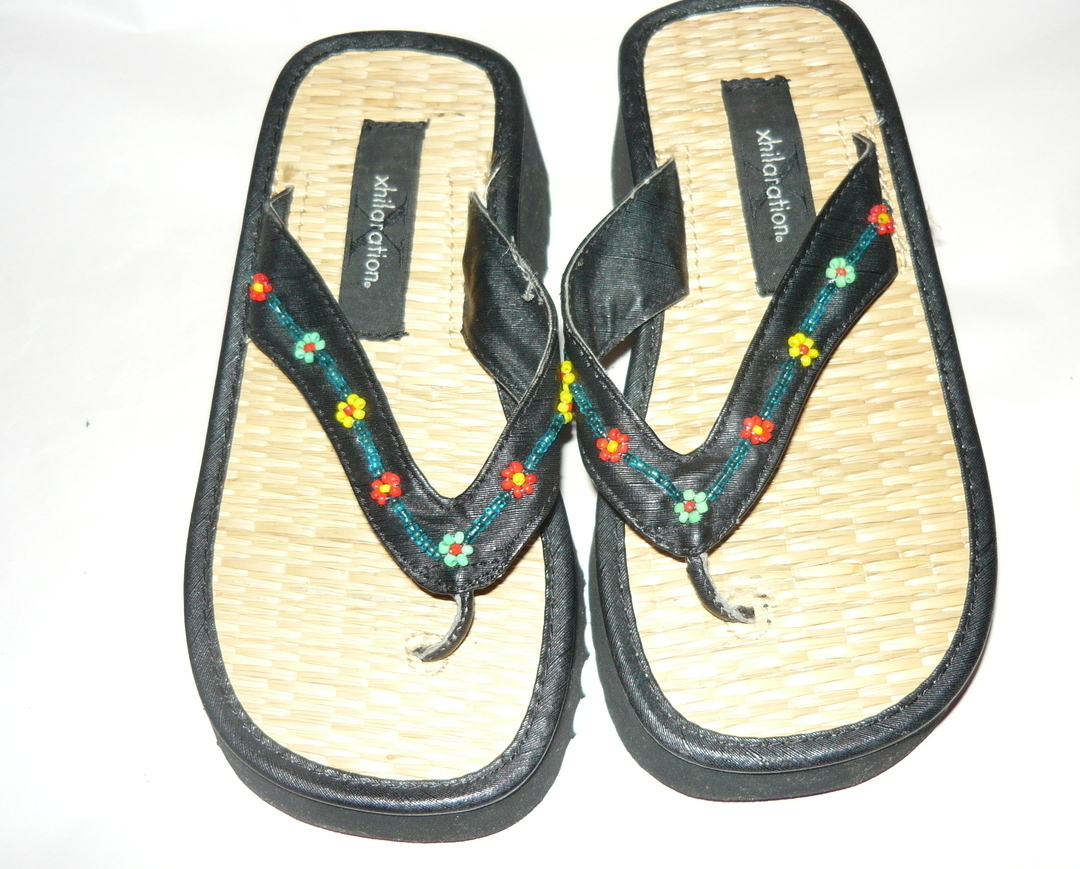 Girls Beaded Floral Thong On Bamboo Sandal BY XHILERATION Sz. Sm.