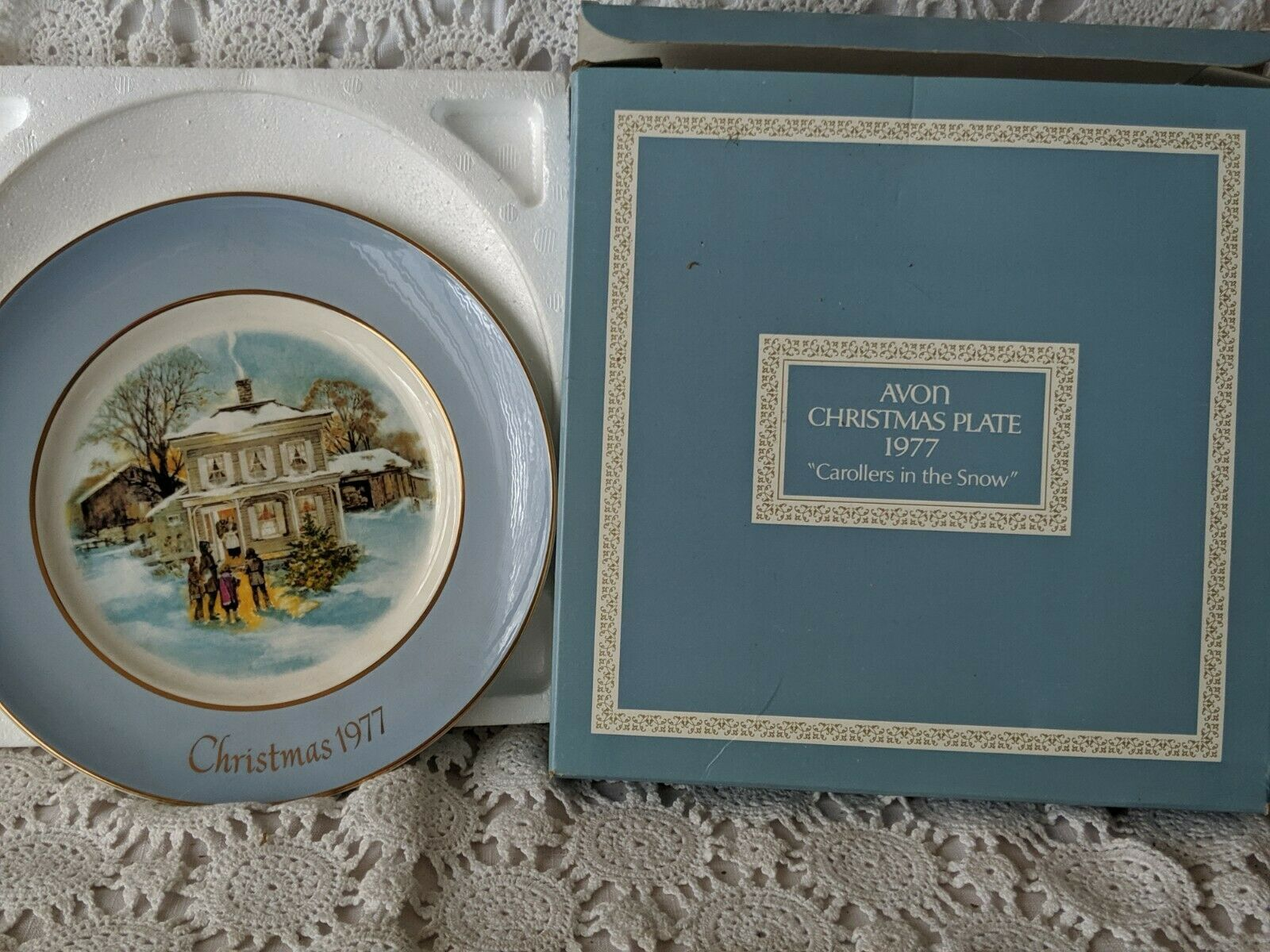 Avon Christmas Collector Plate 1977 Carollers In The Snow