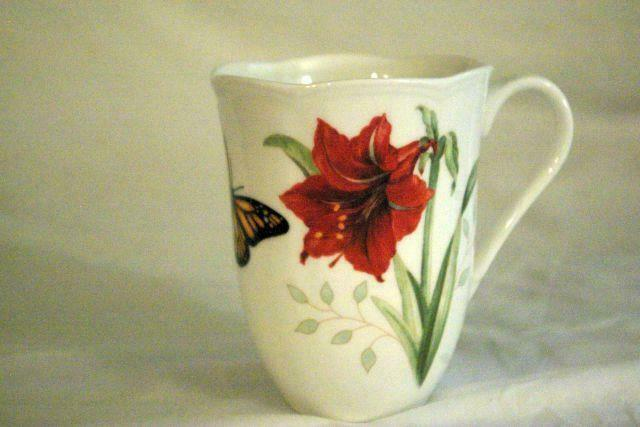 Lenox Butterfly Meadow Holioday Amaryllis And Monarch Butterfly Mug 12 oz. NWT