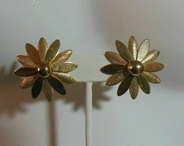 Vintage Sarah Coventry Gold-tone Daisy flower Clip-on Earrings - $12.99
