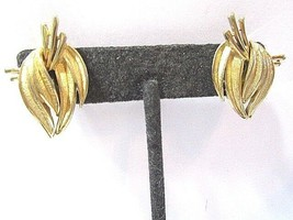 SIGNED (CROWN) TRIFARI GOLD TONE TEXTURED LEAVES LEAF EARRINGS CLIP ON M... - $31.00