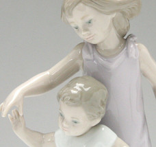 Lladro 01008214 Let Me Help You Porcelain Figurine New Original Box - $330.66