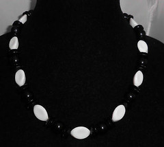 VTG White & Black Geometeric Plastic Beaded Necklace Choker - $19.80