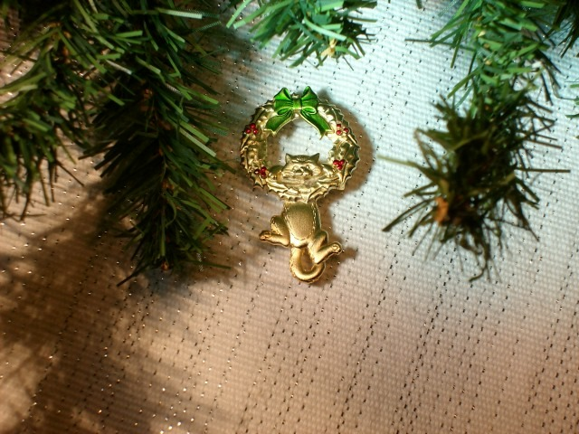 Cookie Lee Christmas Wreath with Kitty Brooch - Great Item, New!