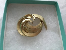 VTG CROWN TRIFARI Textured Swirl GOLD TONE Pin Brooch - $12.75