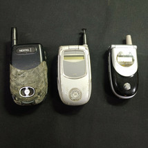 Lot of 3 Motorola Flip Cell Phones (i530, i730) BROKEN, FOR PARTS/REPAIR... - $25.85