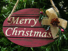 "WOOD ""MERRY CHRISTMAS"" PLAQUE w/BOW,PINE CONE & HOLLY BERRIES CHRISTMAS ... - $5.88"