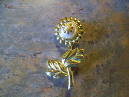 VINTAGE DANECRAFT 70's GOLDTONE FAUX PEARL FLOWER PIN BROOCH  - $3.99