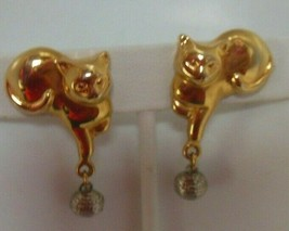 Vintage Gold-tone Cat Dangling Playing W/Ball of Yarn Clip-on Earrings - $18.80