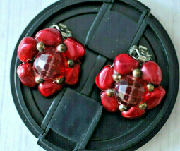 vintage red flower floral beaded cluster clip earrings - $4.94