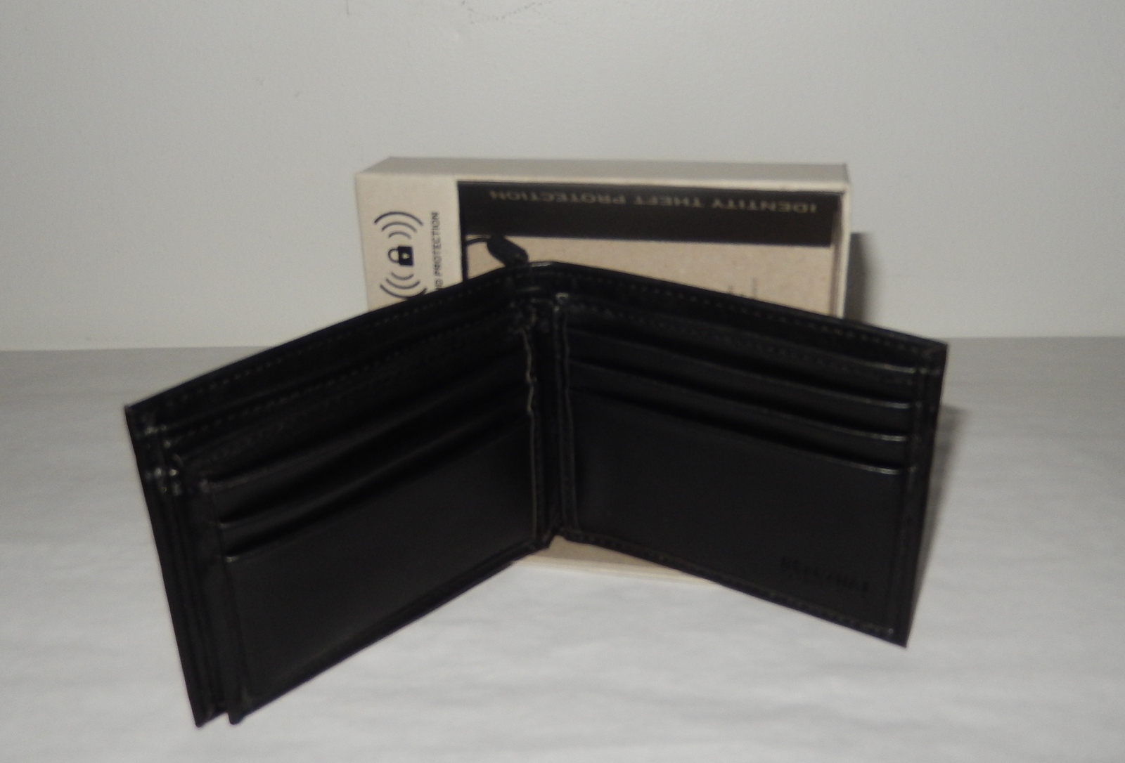 KENNETH COLE REACTION MEN/'S WALLET GENUINE LEATHER PASSCASE 31KD220001 NWT
