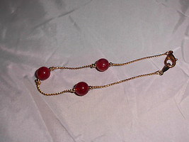 VTG Gold Tone Dainty Red Marbeled Plastic Beaded Bracelet - $5.94