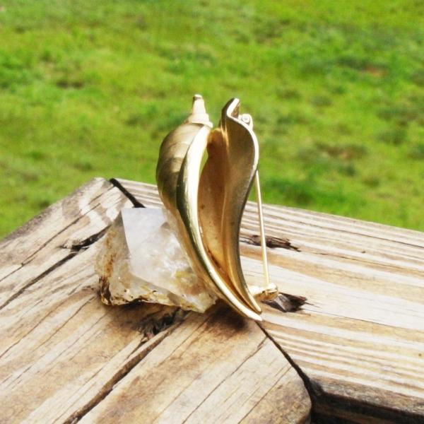 Beautiful Crown Trifari© Conk Shell Brooch