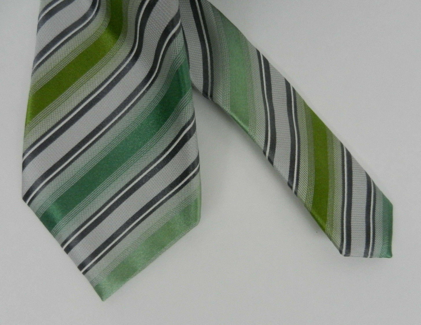 Kenneth Cole Reaction Mens Neck Tie Green Gray Black Diagonal Stripes 100% Silk