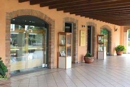 ORECCHINI IN ORO BIANCO 750 18K, PERLE BIANCHE 9 MM, CUBI E DIAMANTI, FRESHWATER image 4