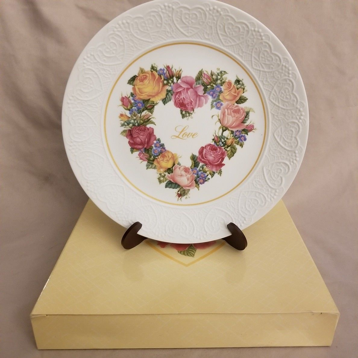 "VINTAGE 1987 Avon Collector Plate ""A Bouquet of Love"" New in Box"