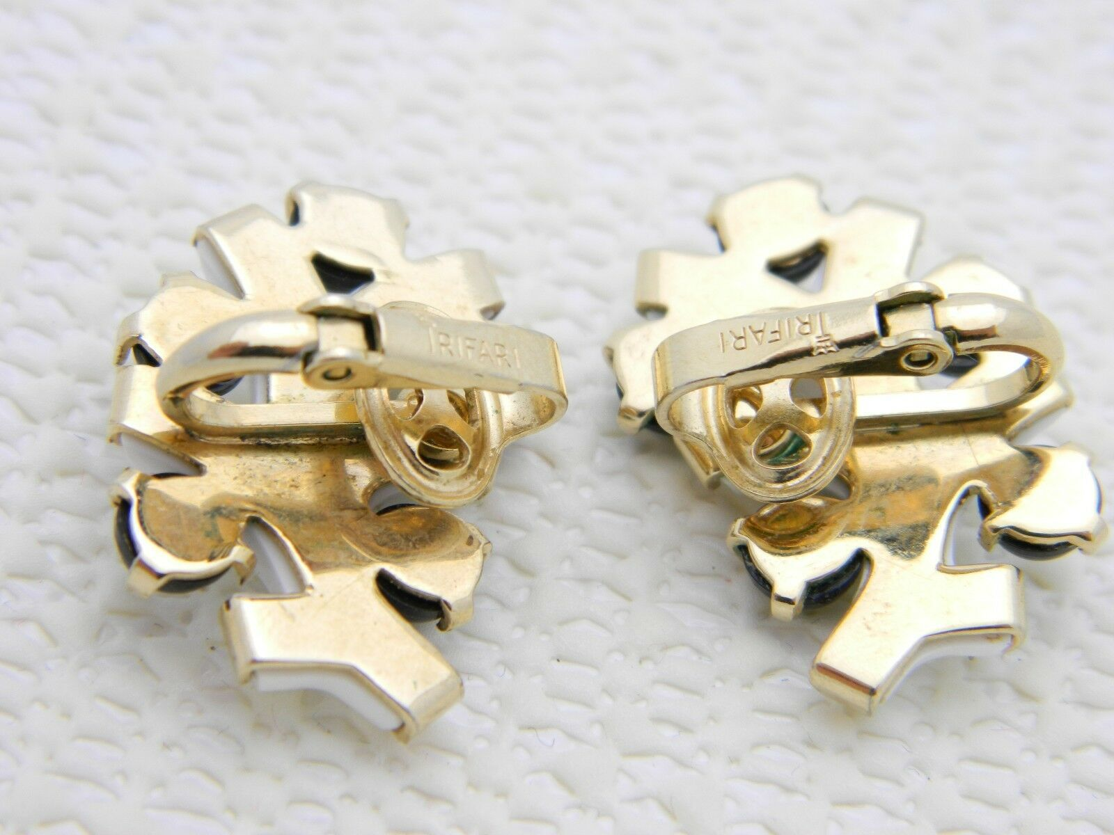 "VTG RARE CROWN TRIFARI Gold Tone ""Punctuation White"" Lucite Clip Earrings image 3"