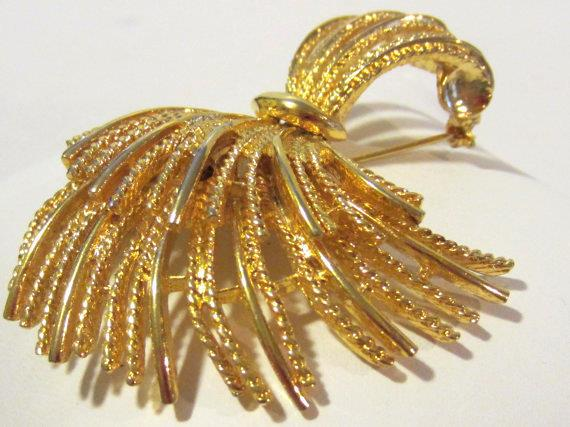 Vintage jewelry goldtone pin brooch