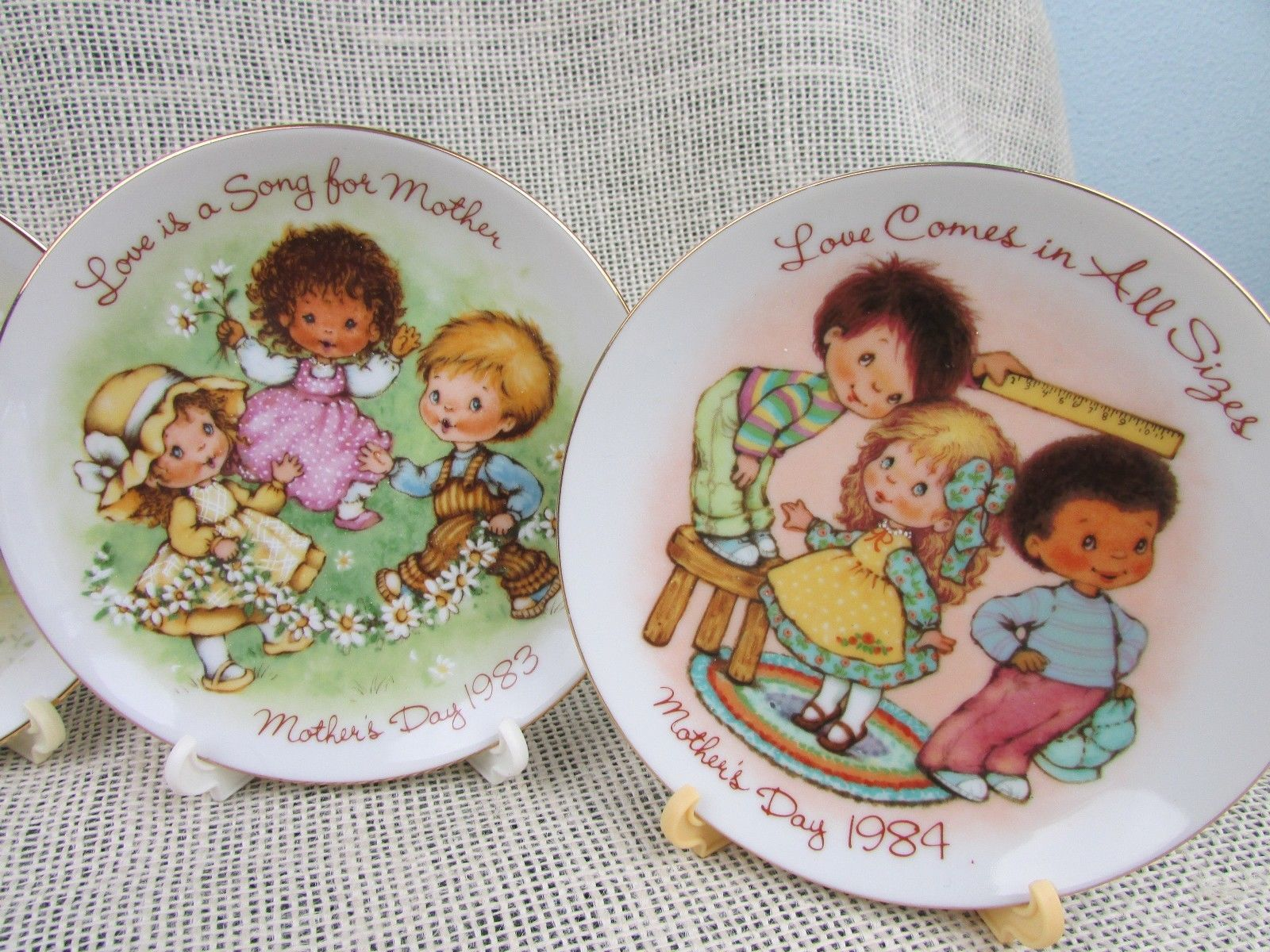 4 VINTAGE COLLECTABLE MOTHERS DAY SMALL PLATES BY AVON 1981 - 1984 w/stands