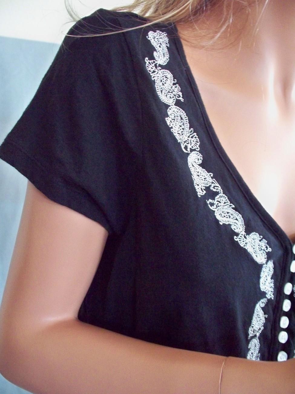 Medium M Bay Studio Black EMBELLISHED TEE SHIRT TOP PULLOVER BLOUSE Knit Tunic