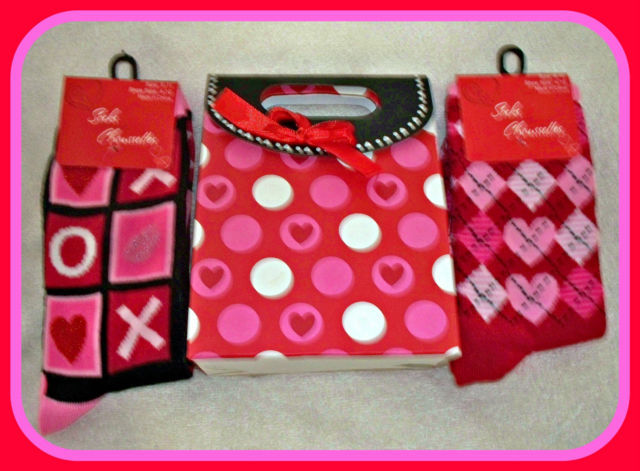 NEW 2 I LOVE YOU WOMANS RED PINK WHITE BLACK X O HEART SOCKS W/GIFT BAG