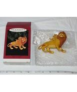 Hallmark Recuerdo Ornamento Mufasa Y Simba Hecho a Mano Ornamento Pre-ownd - $39.68