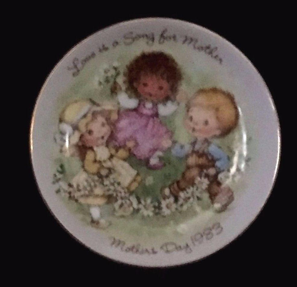 """Vintage 1983 """"Love is a Song"""" Collectable Mothers Day Plate by Avon"""