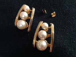 "Post Earrings Three Graduated Faux Pearls on a Goldtone Metal Ladder 1"" ... - $9.42"
