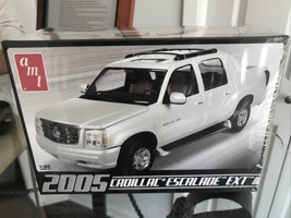AMT 2005 Cadillac Escalade EXT 1:25 Scale Model Kit Factory Sealed - $21.98