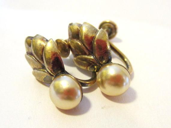 Vintage jewelry Gold Filled faux pearl screw back earrings
