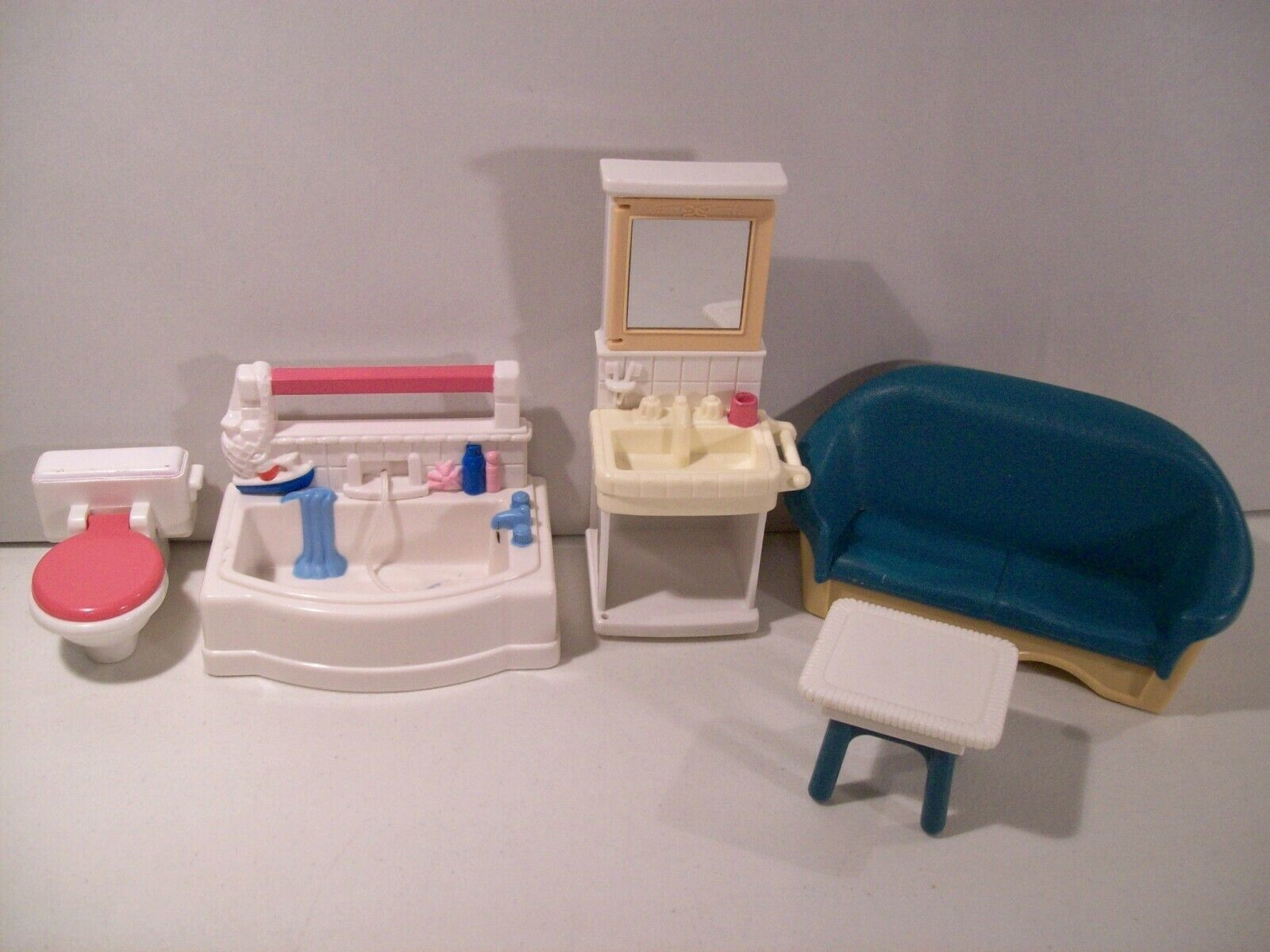 LOT OF FISHER PRICE LOVING FAMILY DOLLHOUSE BATHROOM FURNITURE COUCH TUB TOILET