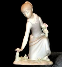 Lladro Young woman picking Tulips AA19-1634 Vintage A image 3